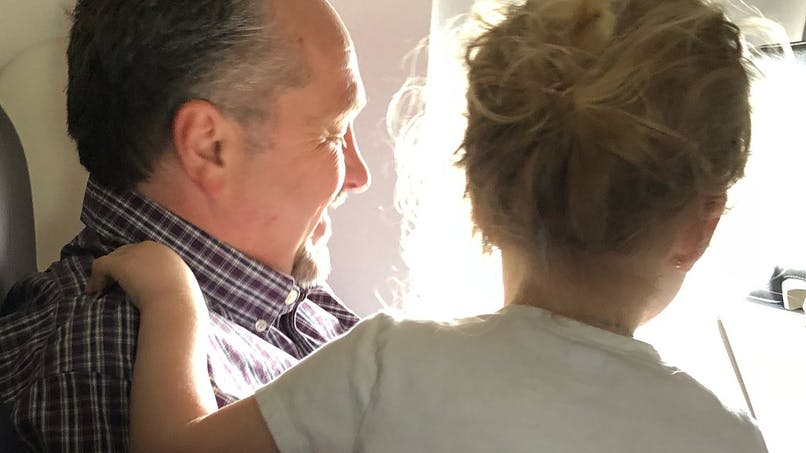 Avion : une maman retrouve sur internet l'inconnu qui l'a aidée à calmer son enfant pendant le vol