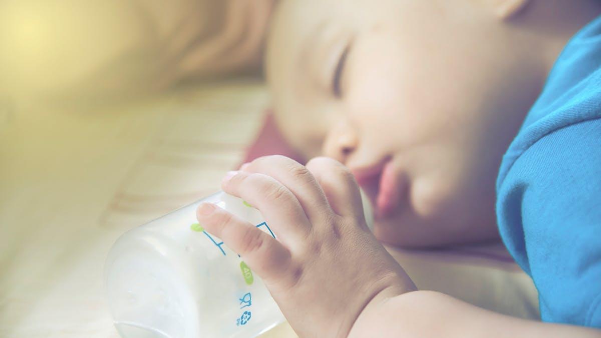 bébé endormi avec biberon