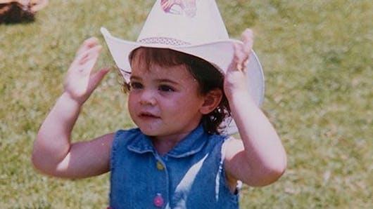 Saurez-vous reconnaître cette fillette déguisée en cow-boy ?