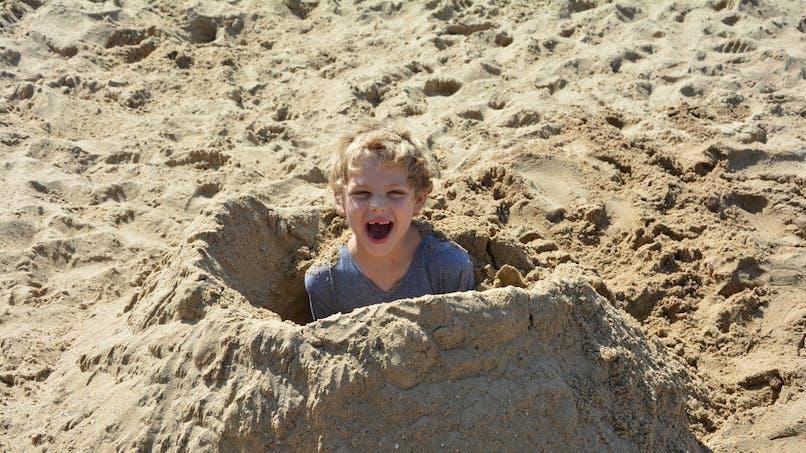 Vacances à la mer: attention, un enfant est mort en creusant un trou dans le sable!