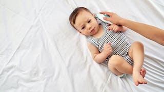 prise de température sur bébé