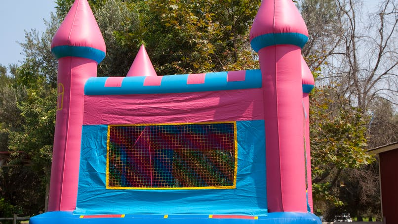 Etats-Unis: un château gonflable s'envole avec un enfant dedans!