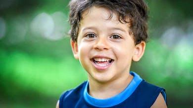 ce garçon souriant porte un petit nom catalan