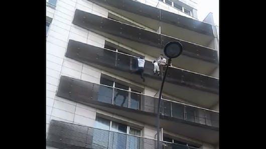 Il sauve un enfant suspendu à un balcon : son incroyable histoire (vidéo)