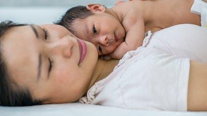femme avec nouveau né sur le ventre