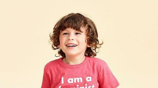 « Je suis féministe moi aussi » : pourquoi un simple t-shirt pour enfant provoque la polémique