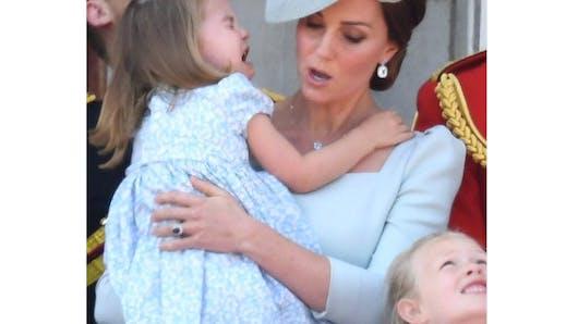 Kate Middleton console la petite Charlotte, en larmes sur le balcon de Buckingham Palace (photos)