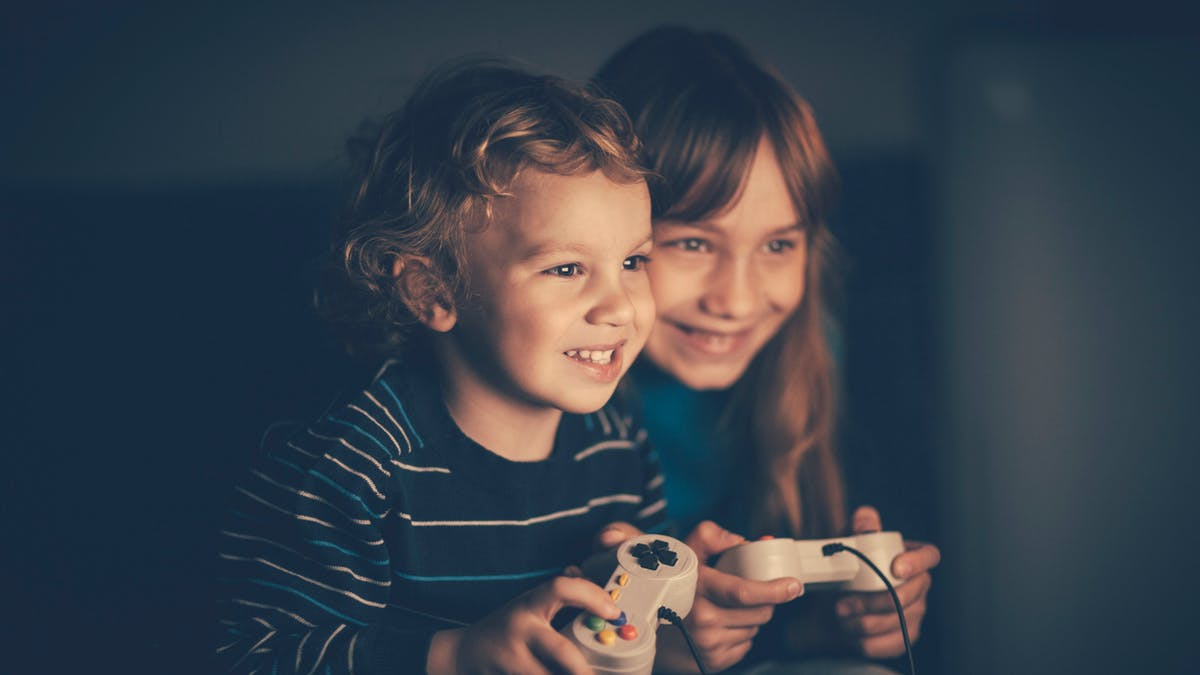 enfants jouent aux jeux vidéos