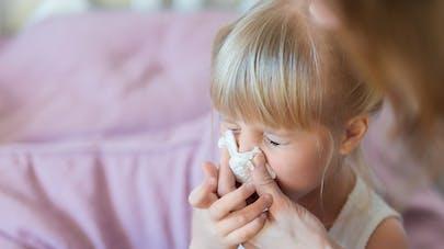 femme mouchoir sur nez bébé