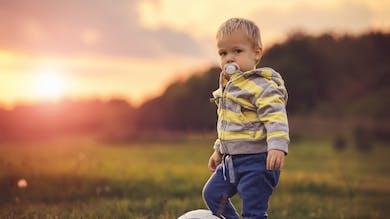 Un garçon jouant avec un ballon de foot