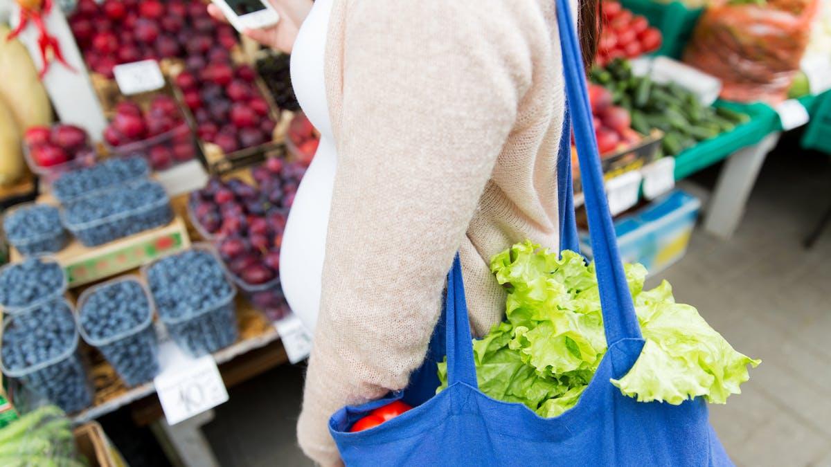 femme enceinte achetant légumes