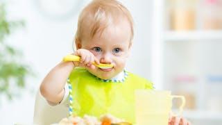 bébé mangeant à la cuillère
