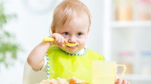 Diversification alimentaire: retarder les morceaux peut conduire à des refus alimentaires à 18 mois