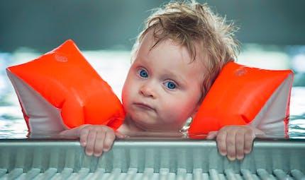 Baignades : comment faire porter des brassards à un enfant ?
