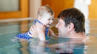 La noyade sèche : bébé nageant avec son papa