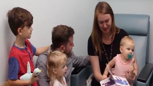 Cette maman fond en larmes quand son bébé entend pour la première fois (vidéo)