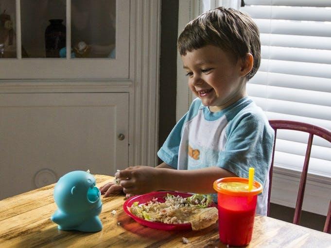 Milton et enfant qui mange