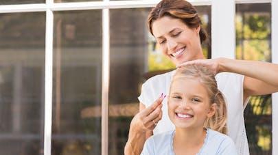 Une maman coiffant sa fille - coiffure pour fille