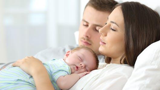 Les jeunes parents dormiraient moins de 5 heures par nuit selon un sondage