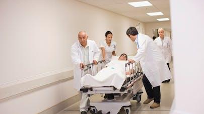 homme sur un lit d'hôpital