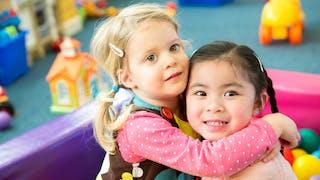 deux petites filles se serrent dans les bras