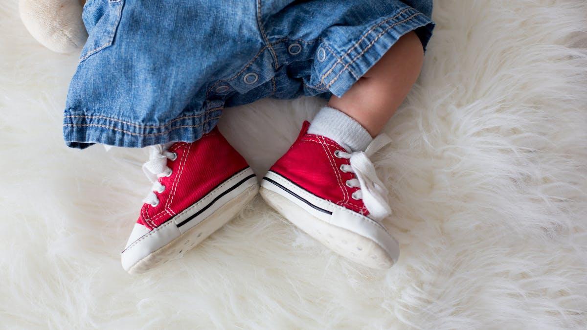 petites baskets aux pieds de bébé