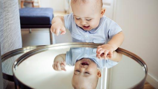 La vidéo trop chou de ce bébé devant un miroir fait des millions de vues sur internet