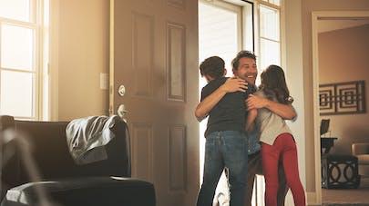 père embrassant ses enfants