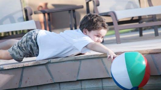 Piscine : un enfant de 3 ans se noie, sa famille parvient à le réanimer