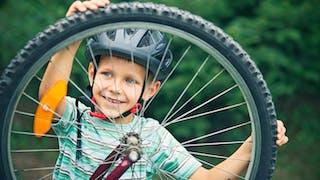 Ce garçon porte un casque de vélo digne des gagnants du tour de france