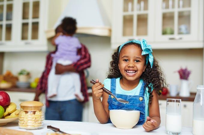 une petite fille fait la cuisine