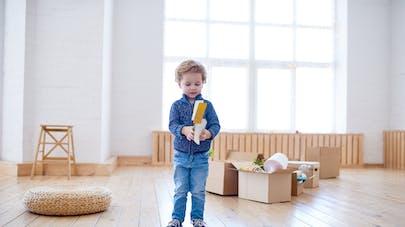 enfant au milieu d'un déménagement