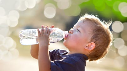 Petit garçon buvant de l'eau