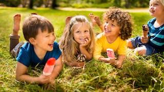 enfants mangeant des glaces