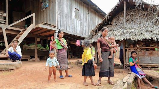 Les impressionnantes images d'un bébé sauvé des eaux au Laos (vidéo)