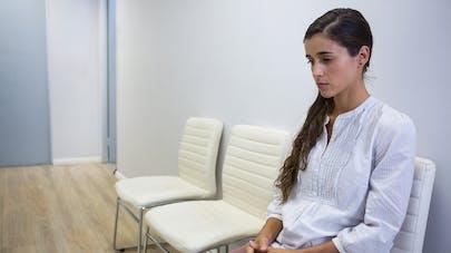 femme triste salle d'attente
