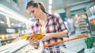 femme achetant des légumes surgelés