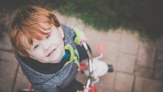 enfant sur un vélo-porteur