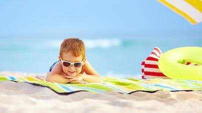 Un garçon sur une plage