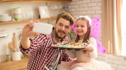 une fille et son père jouent