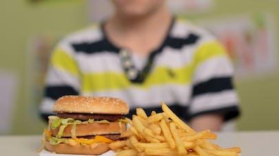 enfants devant hamburger malbouffe