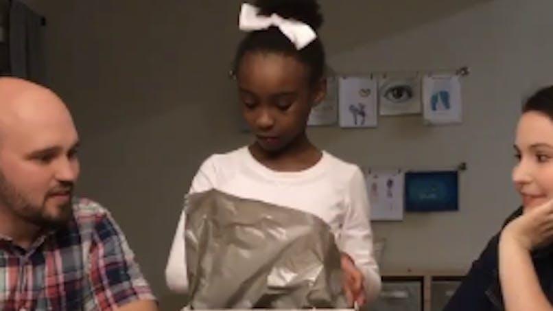 Cette petite fille apprend qu'elle va être adoptée: découvrez sa réaction