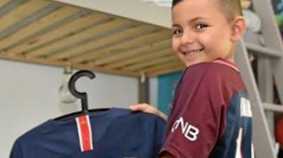 salaria montrant le maillot de Neymar