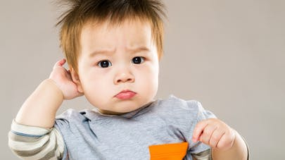enfant avec poux se gratte la tête