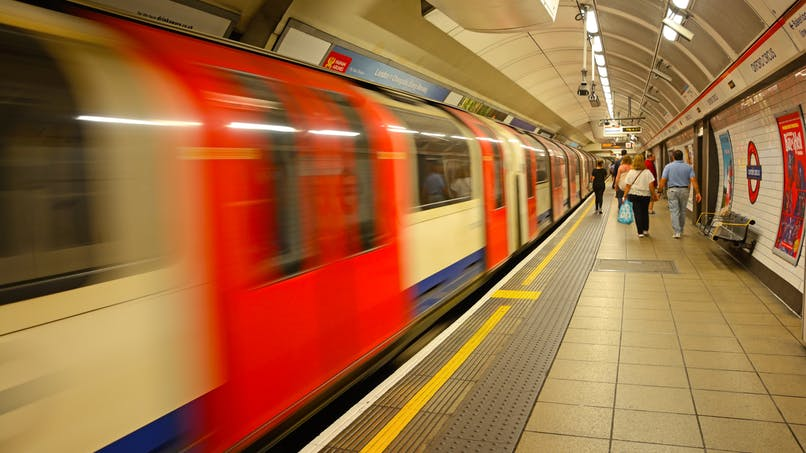 Miracle : passés sous le métro, un couple et leur enfant s'en sortent indemnes