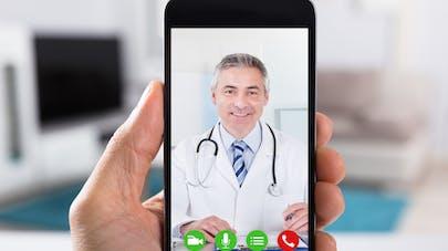 Un médecin en image sur un smartphone