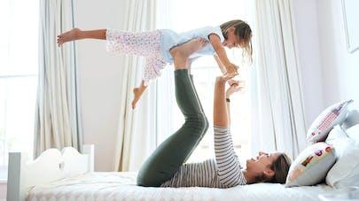 enfant et maman sur un lit