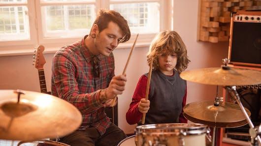 Autisme : jouer de la batterie favoriserait les interactions sociales