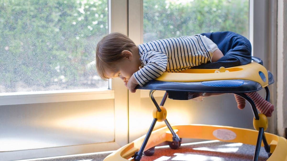 Des pédiatres appellent à éviter les trotteurs, qui blessent les bébés