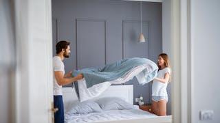 couple faisant son lit